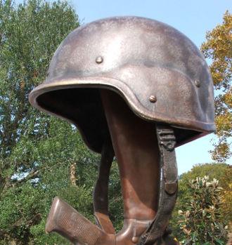солдатская каска на прикладе