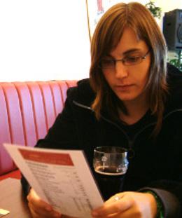 девушка в очках грустно читает меню