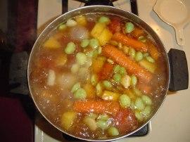 суп с крупно порезанными овощами и фасолью