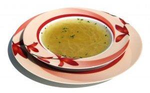 розовая тарелка с аппетитным супом