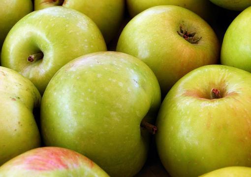 несколько зелёных яблок