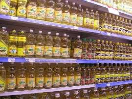 бутылки подсолнечного масла на полках магазина