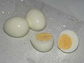 два целых варёных яйца и одно разрезанное