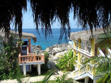 вид на море из окна курортного домика