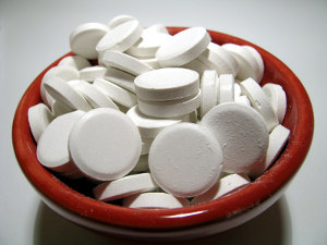 белые таблетки в коричневой миске