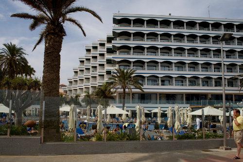пальма палатки и многоэтажные здания санаториев