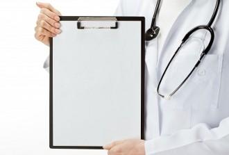 руки врача с планшетом