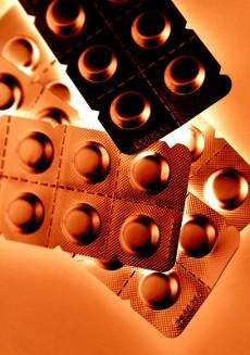 пластинки таблеток в коричневатом освещении