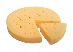 круг сыра с вырезанным треугольником